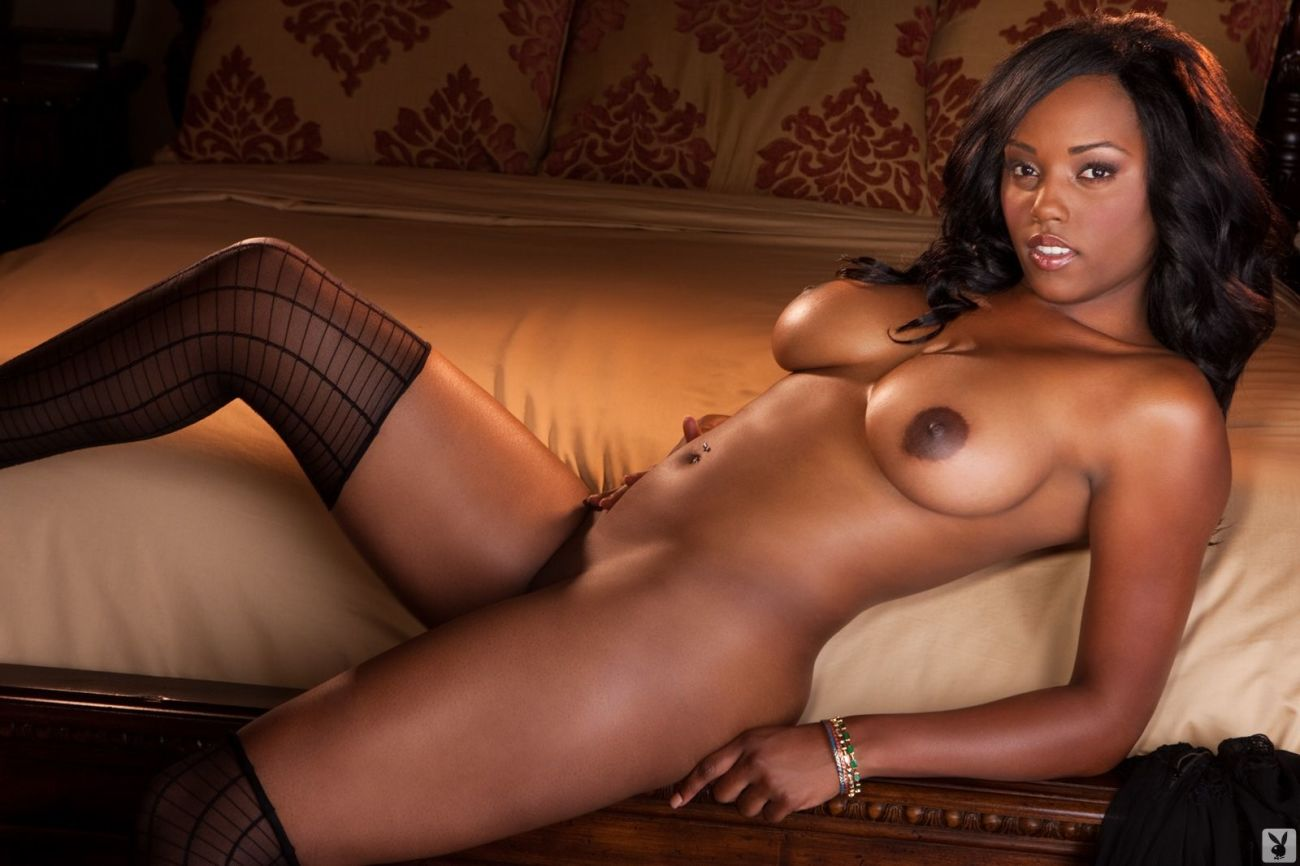 Erotic ebony babe nude photo shoot